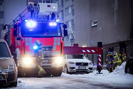 Pelastuslaitos saapui poistamaan talojen katoille kerääntynyttä lunta Suonionkadulla Kalliossa.