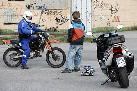 Poliisi tarkastaa mopoa Porvoossa.