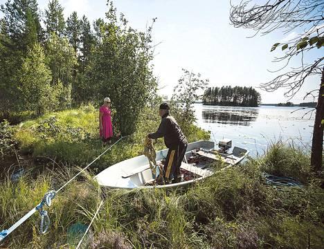 Keskiviikkona Kauko Soininen kiinnitti karanneen saaren tukevammin kiinni mantereeseen. Purjeina toimineet puut hän kaatoi jo edellispäivänä.