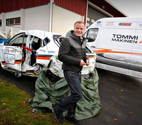 Tommi Mäkinen vastaa kotipaikallaan Puuppolassa Toyotan uuden ralliauton valmistuksesta. Tuotantotilojen sisäpuolella ei saa kuvata. Mäkinen rakensi aiemmin Subarun ralliautoja, joista yksi vaurioutui ulosajossa viime viikonloppuna Latviassa.