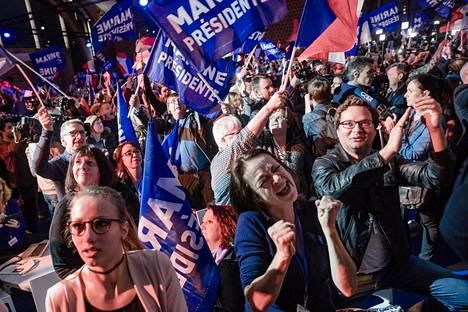 Oikeistopopulisti Marine Le Penin kannattajat riemuitsivat ensimmäisen kierroksen vaalitulosten tultua sunnuntai-iltana. Le Pen ja keskustaoikeistolainen Emmanuel Macron nousivat presidentinvaalien toiselle kierrokselle.