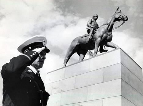 Poliisi tekee kunniaa Mannerheimin ratsastajapatsaan paljastustilaisuudessa 4. kesäkuuta 1960.
