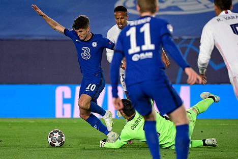 Chelsean Christian Pulisic kiersi muutamalla näppärällä askeleella maalivahti Thibaut Courtoisin ja teki Chelsean avausmaalin Mestarien liigan välierässä.