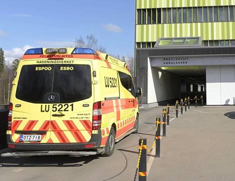 Ambulanssipotilaita on tuotu Hyksin sairaaloihin niin paljon, ettei heille kaikille ole heti löytynyt sänkyä. Kuva on huhtikuulta Jorvista.