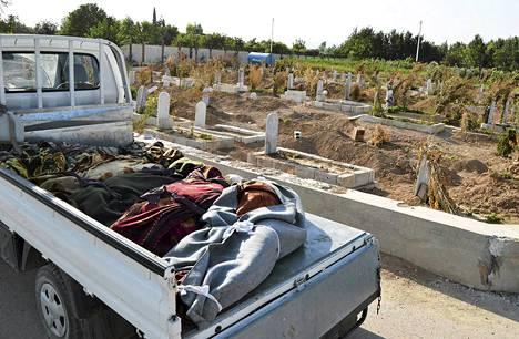 Kaasuiskussa kuolleiden ruumiita kuljetettiin auton lavalla Damaskoksessa viime keskiviikkona.