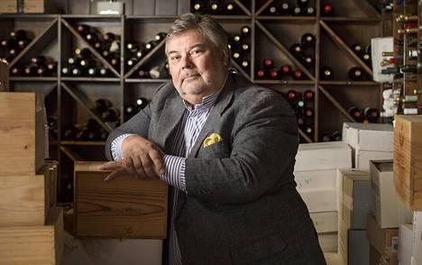 Pitkän linjan viinialan toimijaa Juha Berglundia epäillään törkeästä alkoholirikoksesta. Hän ei kommentoi asiaa.