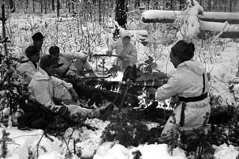Partio nuotion ääressä Rukajärvellä jatkosodan aikaan.