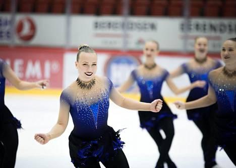 Rockettesin Roosa Latvala harjoitteli Helsingin jäähallissa.