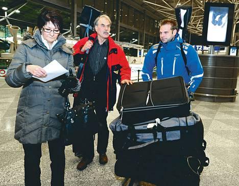 Auli, Håkan ja Toni Sandberg rahtasivat suksipusseja ja muita matkatavaroita Helsinki-Vantaan lentoasemalla keskiviikkona. Perhe oli lentämässä Kittilään, josta matkaa oli tarkoitus jatkaa Leville laskettelemaan muutamaksi päiväksi.