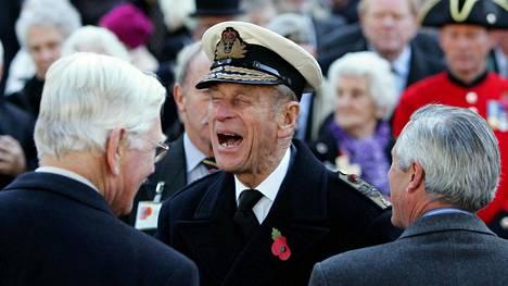 Prinssi Philipiä nauratti, kun hän keskusteli sotaveteraanien kanssa Westminster Abbeyn edustalla Lontoossa marraskuussa 2006.