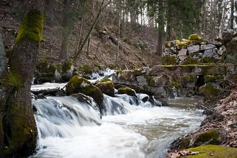 Bembölen myllypaikka sijaitsee Glomsinjoen varrella. Myllyjen sammaloituneet rauniot ovat peräisin 1700-luvulta.