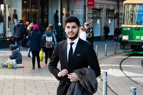 Tawab Qaderzada työskentelee Hugo Bossin myyjänä. Rasismia hän on kokenut lapsesta lähtien.