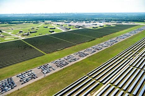 Ahlhornin lentokentän kiitoradalla näkyy satoja varastoituja Mercedes-Benzejä elokuun lopussa otetussa ilmakuvassa.