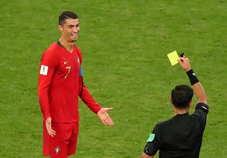 Portugalin Cristiano Ronaldo katseli maanantai-illan ottelussa keltaista korttia.