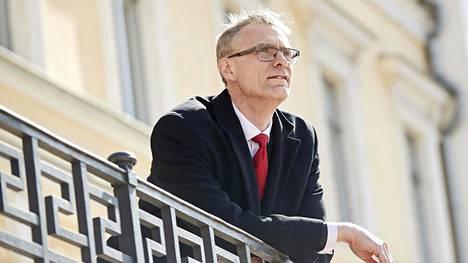 Oikeuskansleri Tuomas Pöysti valtioneuvoston linnan edustalla.