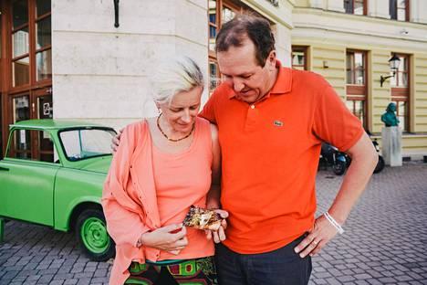 Konstanze Hill ja Hans-Ulrich Fissenewert osallistuvat Sopronissa Paneurooppalaisen piknikin 30-vuotisjuhlille. Heidän omasta paostaan on myös 30 vuotta. Hillillä on kädessään kuva rajapyykistä, jonka kohdalta pari ylitti Unkarin ja Itävallan rajan.