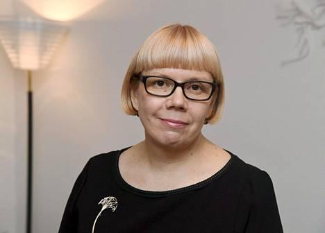 Toimittaja ja tietokirjailija Elina Grundström alkaa selvittää medialle annettavaa koronatukea.