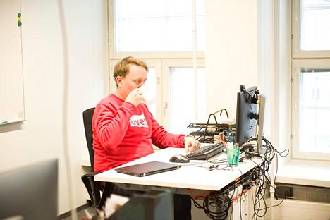 Aivenin toimitusjohtaja Oskari Saarenmaa työssään.