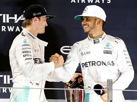 Nico Rosberg (vas.) ja Lewis Hamilton paiskasivat lopulta kättä Abu Dhabin palkintokorokkeella.