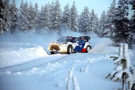 Valtteri Bottas pöllytti näyttävästi lunta Tunturirallin testipätkällä.
