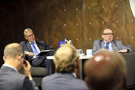 EKP ilmoitti tänään... Rahapolitiikka tyynessä ja myrskyssä -kirjan tekijät Jarmo Kontulainen (vas.) ja Antti Suvanto teoksen julkistustilaisuudessa Helsingissä maanantaina.