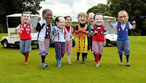 Kehitysapuun keskittyvän Oxfam-järjestön mielenosoittajat irvailivat G8-maiden johtajille golf-kentällä Enniskillenissä, joka on lähellä Lough Ernen kokouspaikkaa Pohjois-Irlannissa.