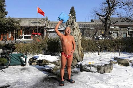 Paikallinen otti suihkun uituaan Houhai-järvessä Pekingissä lauantaina.