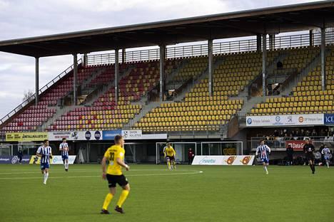 Tyhjälle katsomolle pelattiin jalkapallon Veikkausliigan ottelu KuPS–HJK Kuopiossa 2. toukokuuta 2021.
