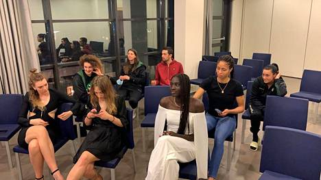 Awak Kuier odotti pelikaveriensa kanssa varaustilaisuuden alkua ensimmäisen puolivälieräottelun jälkeen Italiassa. Awak Kuierin takana istuu Isabella Harrison, joka edustaa WNBA-liigassa Kuierin varannutta Dallas Wingsiä.