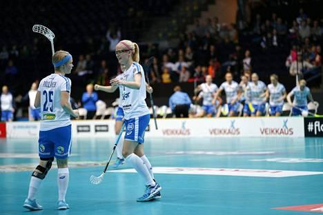 Suomen Alisa Pöllänen ja Elisa Kujala juhlivat maalia Saksaa vastaan salibandyn MM-välieräottelussa 9. joulukuuta 2015.