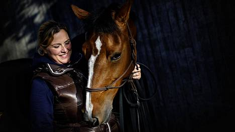 Emma Uusi-Simola pitää Biancan hyvässä hoidossa Horse Show'n aikana.