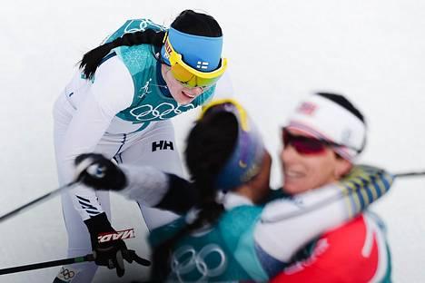 Naisten skialthonissa kolmanneksi tullut Krista Pärmäkoski ylittää maaliviivan kun Ruotsin Charlotte Kalla ja Norjan Marit Björgen jo juhlivat kultaa ja hopeaa.