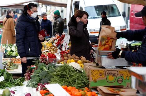 Naiset tekivät ruokaostoksia Milanossa torstaina.