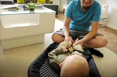 Paino nousee lapsensa kanssa asuvalla vähän päälle 180-senttisellä isällä keskimäärin kaksi kiloa.