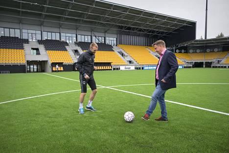 SJK:n puheenjohtaja Raimo Sarajärvi (oik.) järkyttyi uutisista kuultuaan, että seuran entinen yhteistyötaho on pidätetty hyväksikäyttöskandaaliin liittyen.
