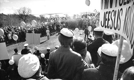 Kristilliset ylioppilaat olivat palloineen ja julisteineen vastassa Ullanlinnanmäelle saapuvia juhlijoita.