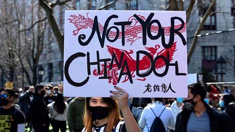Nainen piteli aasialaisten seksualisointia vastustavaa kylttiä New Yorkissa rasismia ja syrjintää vastustavassa mielenosoituksessa viikko sitten.