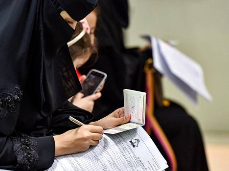 """Saudinainen täyttää passihakemusta Riadissa 29. elokuuta. Saudi Arabia sallii nyt naisten hakea passia ilman """"huoltajan"""" suostumusta."""
