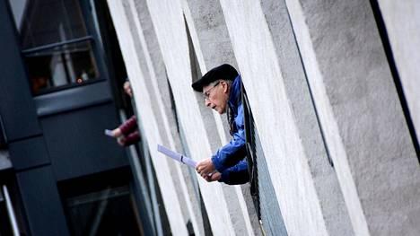 Osmo Naakka seuraa paperilta sanoituksia. Osa laulajista tapailee aikalaiskappaleita vanhasta muistista.
