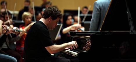 Denis Matsujev on syystäkin omahyväinen lavahahmo ja tähtipianisti.