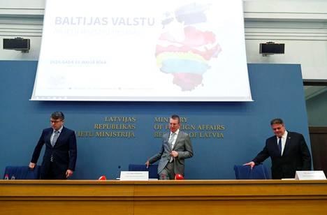 Viron Urmas Reinsalu (vas.), Latvian Edgars Rinkēvičs, ja Liettuan Linas Linkevičius allekirjoittivat ulkoministeritapaamisessa maiden välistä liikkumista koskevan sopimuksen Riiassa perjantaina.