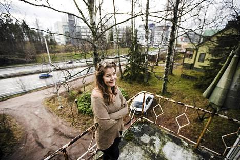 Espoo suunnittelee kevyen liikenteen väylää kulkemaan Irina Sandbergin kotitalon yli. Taustalla kulkee Länsiväylä. Kuva marraskuulta 2013.