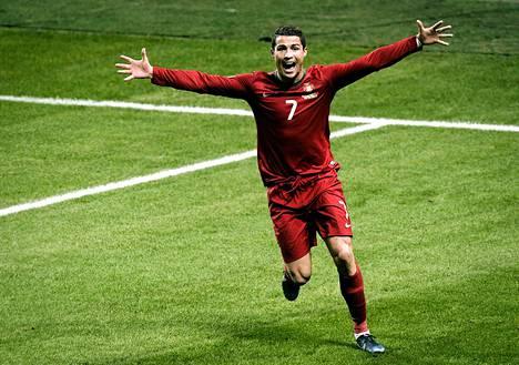 Cristiano Ronaldo tuuletti maalia MM-karsintaottelussa Ruotsia vastaan Tukholmassa. Portugali eteni kisoihin, Ruotsi jäi rannalle.