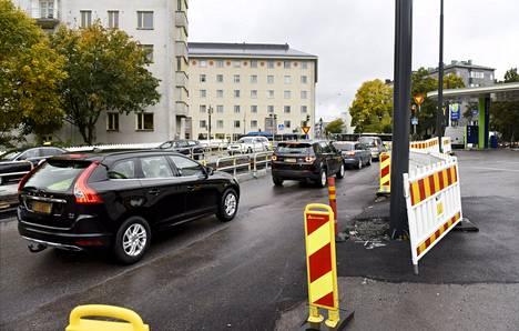 Autoliikennettä Helsingin Töölössä lokakuussa 2017.