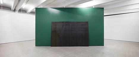 """Amerikaans imperialisme esitetään yleensä vain """"yhden muurin"""" editiona. Kohtan galleriatilaa halkova seinä on poikkeuksellinen kierrettävä ja molemmille puolille installoitu versio teoksesta."""
