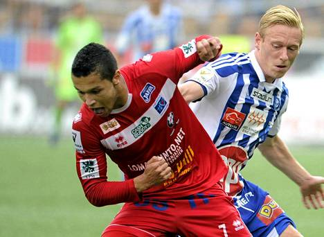 Hendrik Helmke taisteli HJK:n Mikael Forssellin kanssa kesäkuussa pelatussa ottelussa.