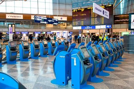 Koronaviruksen hiljentämä Helsinki-Vantaan lentoasema viime maaliskuussa. Koronapandemian takia ulkoministeriö avusti keväällä tuhansien matkailijoiden palaamista Suomeen.