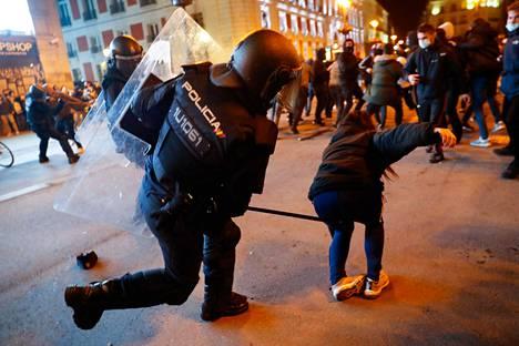 Poliisi löi Pablo Hasélia puolustavaa mielenosoittajaa Madridissa keskiviikkona 17. helmikuuta.