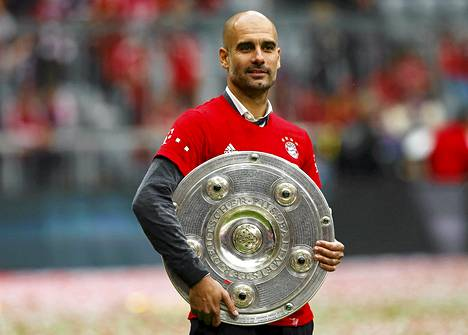 Pep Guardiola juhli Bundesliigan mestaruutta keväällä Bayern Münchenissä.