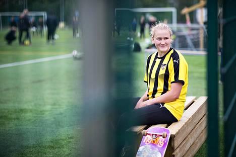Hongan edustusjoukkueen jalkapalloilija ja lumilautailija Elli Pikkujämsä skeittaa usein kotoa harjoituksiin Tapiolan urheilupuistoon.